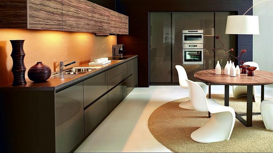 Weiße Küche Lackiert : Weiße Kücheninsel Und Lackierte Holzboden ...