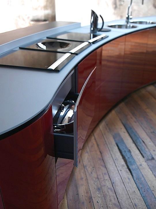 auszug der designk che alessi volo in hochglanz rot. Black Bedroom Furniture Sets. Home Design Ideas