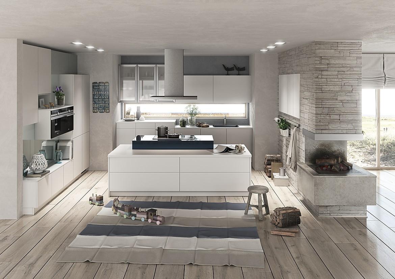 Weiße Familienküche in griffloser, offener Planung
