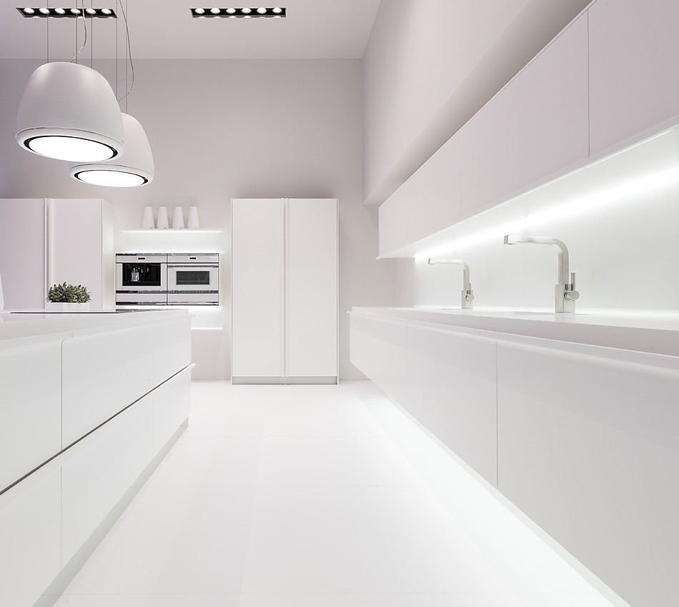 Puristische Designerküche in Weiß