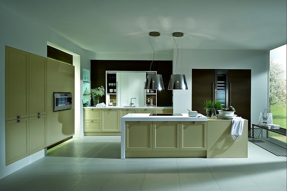 Weiße Küche mit Insel in Holzoptik