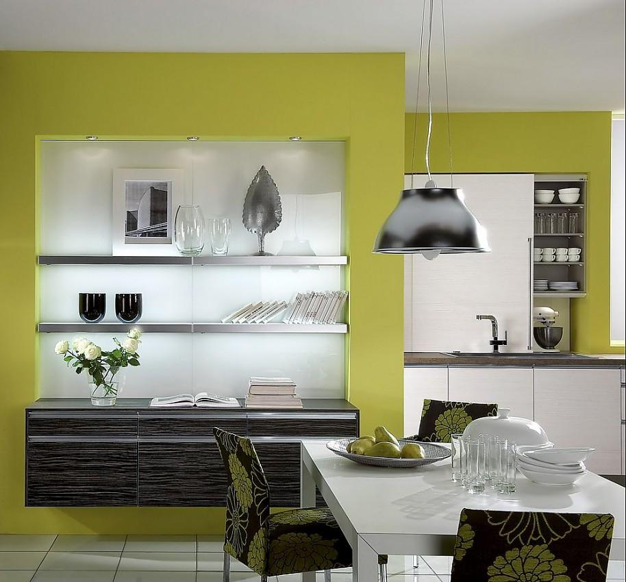 offene k che mit essbereich und sideboard aus wei er und schwarzer pinie. Black Bedroom Furniture Sets. Home Design Ideas