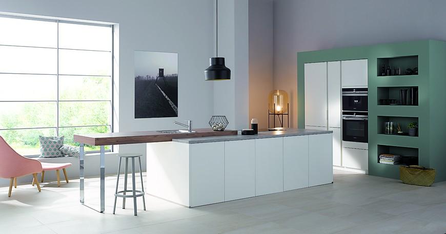 Grifflose weiße küche mit holztheke