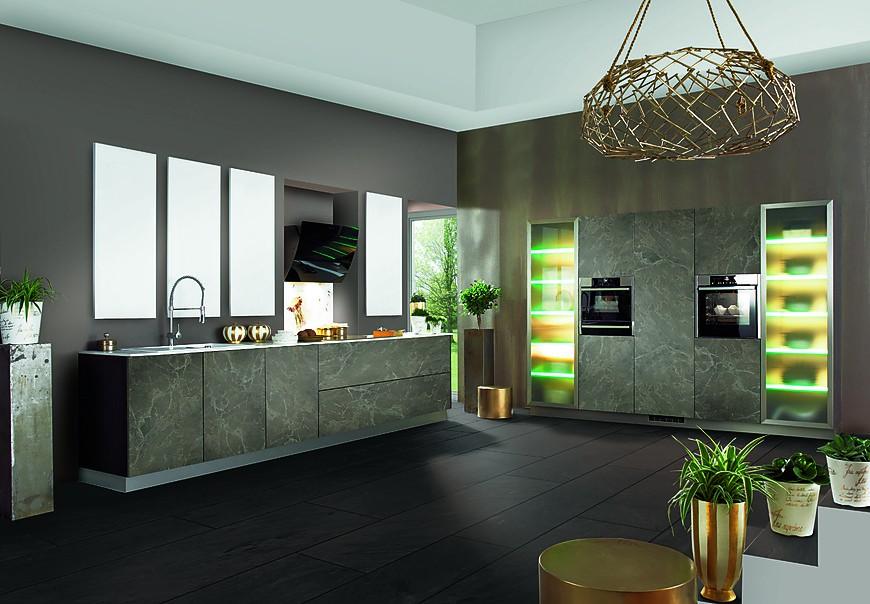 Küche mit fronten in auffälligem steindekor