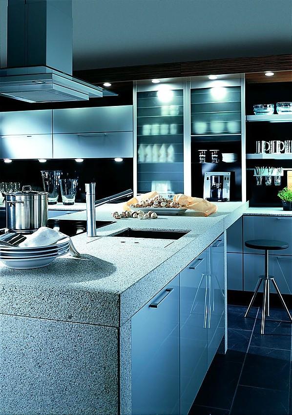 inselk che in hochglanz blau mit steinarbeitsplatte und glast ren. Black Bedroom Furniture Sets. Home Design Ideas