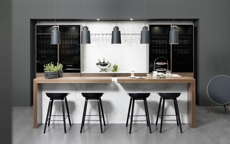 moderne kuche mit kochinsel und theke. Black Bedroom Furniture Sets. Home Design Ideas