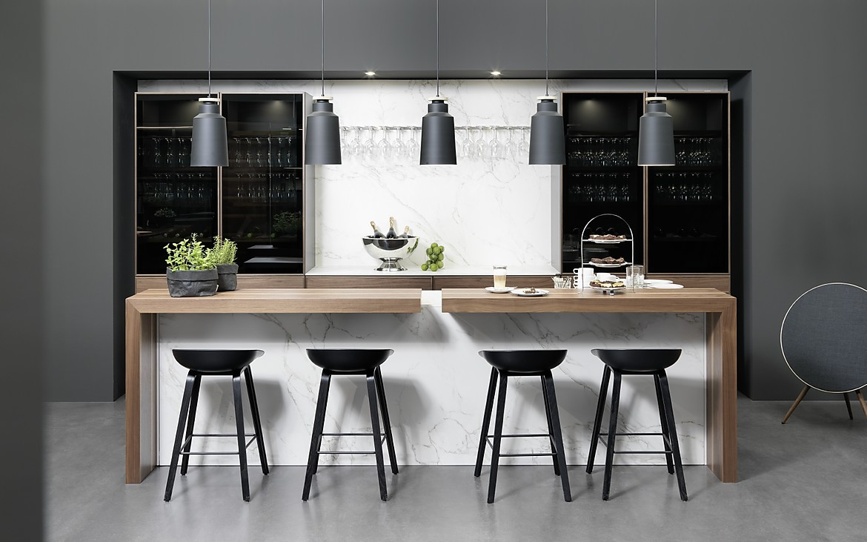 Moderne Inselküche mit Holz-Theke