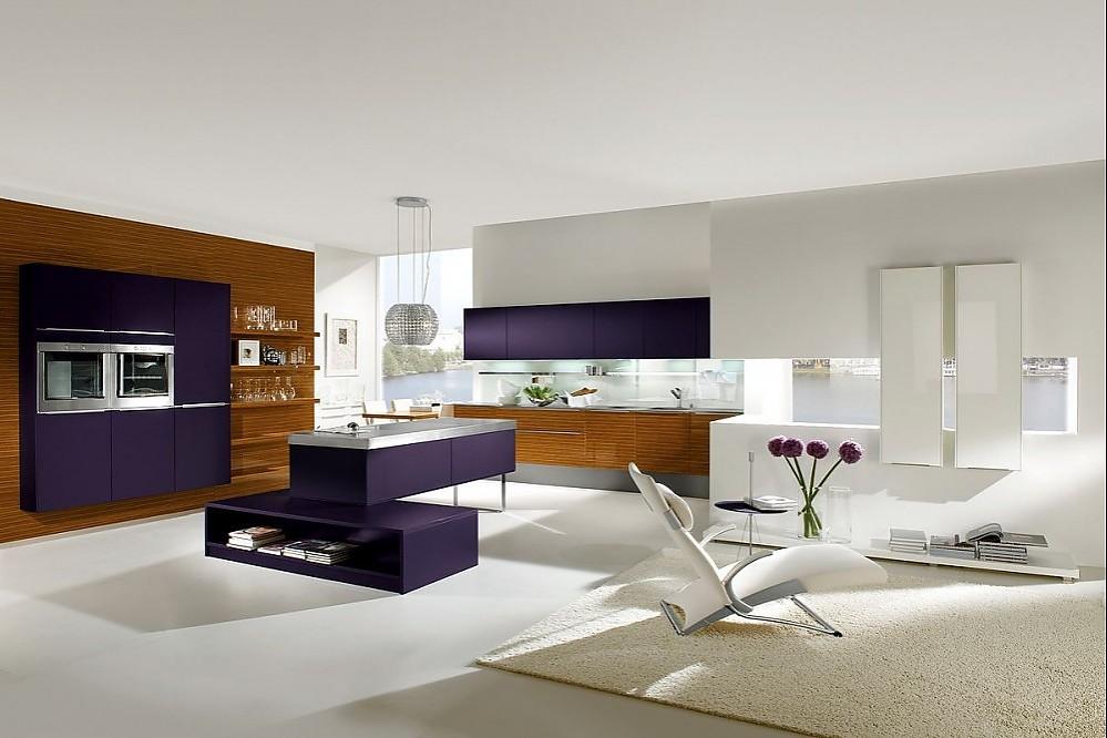 offene inselk che mit sitzgelegenheit in zebrano und brombeer und wohnbereich in hochglanz wei. Black Bedroom Furniture Sets. Home Design Ideas