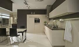 naturholz k che in l form aus hellem holz. Black Bedroom Furniture Sets. Home Design Ideas