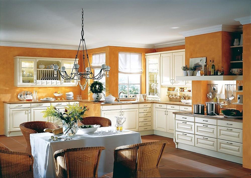 Landhausküche mit Kamin und Buffet in Vanille~ Küchen Süd