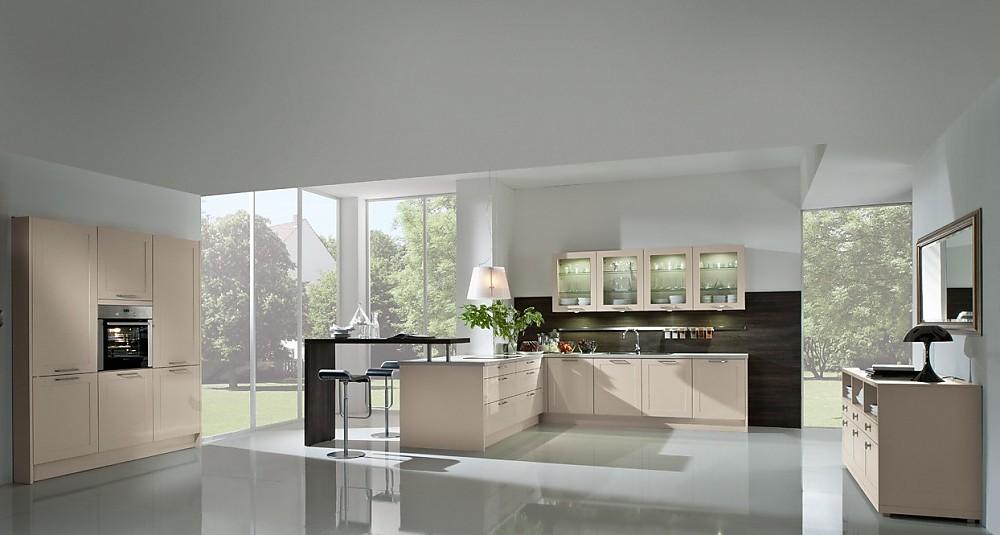 Einfarbige, offene Küche mit Insel