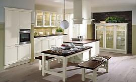 Klassische küche weiß  L-Küche weiß mit dunklem Holz kombiniert