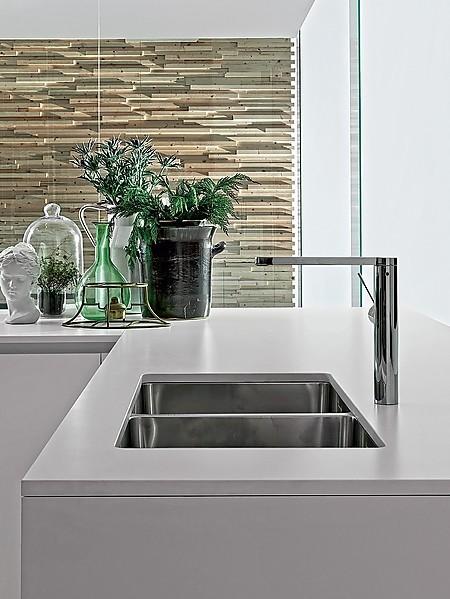 Designorientierte Armaturen. Die Designarmatur Abgestimmt Zum Edelstahl  Spülbecken Ist Ein Wichtiger Teil In Der Minimalistischen Küche.