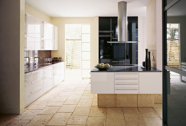 Weiße hochglanzküche mit kücheninsel