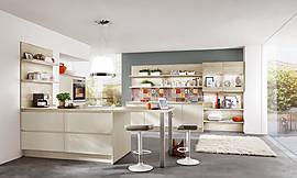 Polarweiße Küche mit Bartheke
