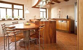 Kücheninsel mit sitzgelegenheit  Kücheninsel in Nussbaum