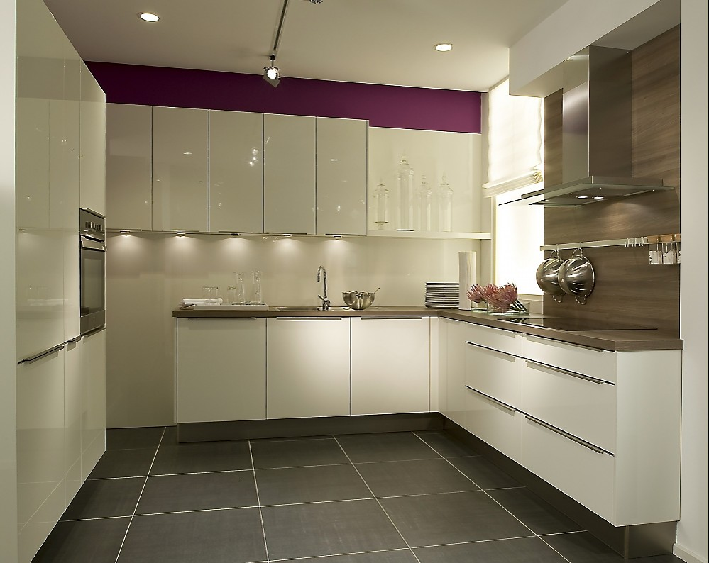 Moderne u form k che wei for Kitchen units without plinths