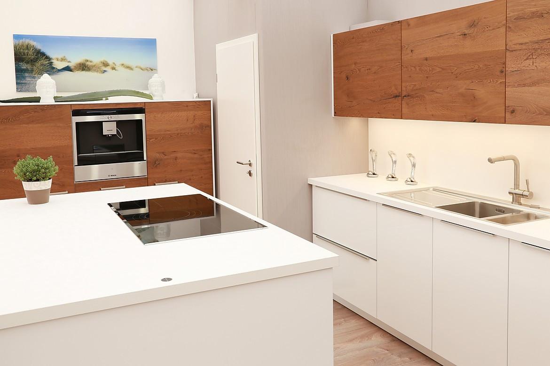 Weiß und Holz: Moderne Inselküche in attraktiver Farbkombination