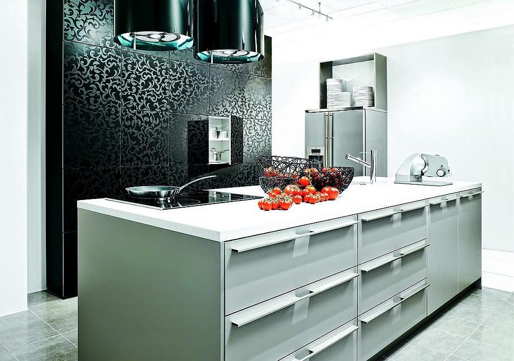 Inselküche in Weiß und Designglas mit floralem Muster