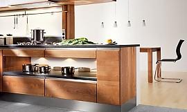 Offene Küche in Grau mit Paneelwänden in Holzoptik