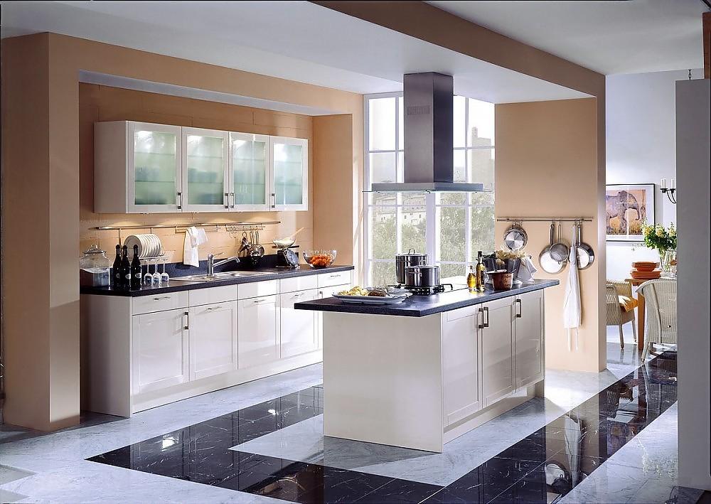 Inselküche in Cremeweiß in klassischem Design mit Kassettenfronten ...