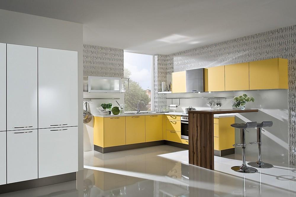 U küchen mit bar  Helle L-Küche mit Bar in Holzoptik
