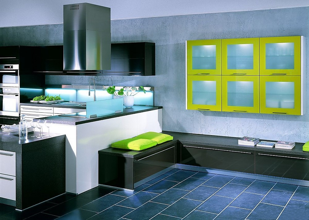 L-Form Küche mit Sitzbänken und Hängeschränken in Hochglanz Weiß ...
