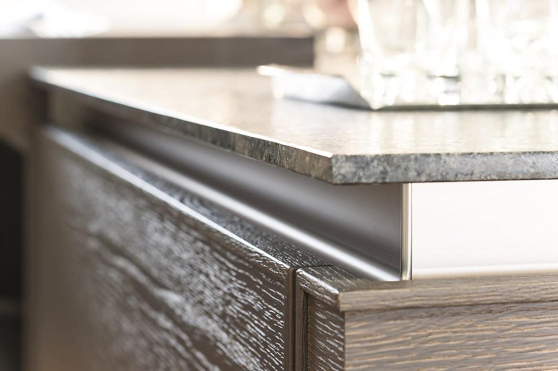 Holzk che mit fronten in eiche grau und metall griffleiste for Wohnzimmer 4 x 8
