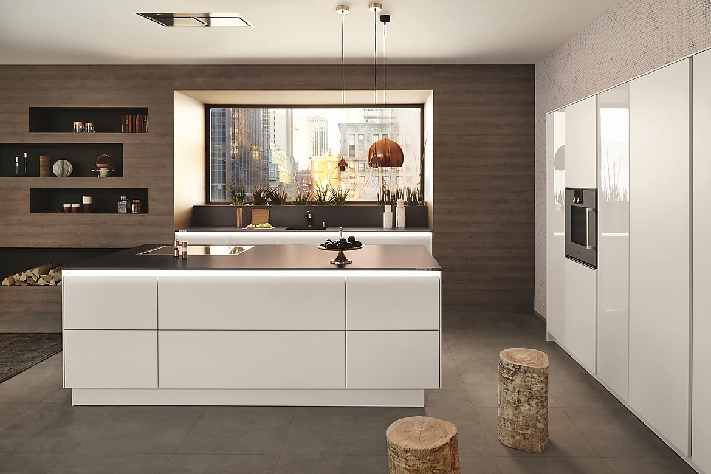 Weiße grifflose Designküche mit Beleuchtung
