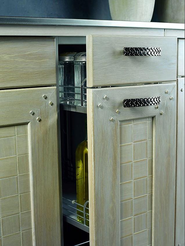 auszug bozen in eiche wei gewischt massivholzrahment r mit furnierter f llung geflochtene griffe. Black Bedroom Furniture Sets. Home Design Ideas