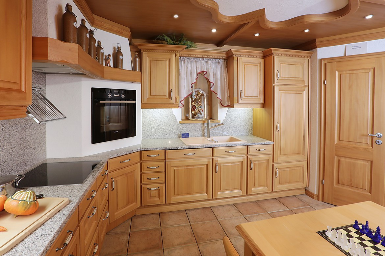 Holzküche mit Sitzgelegenheit