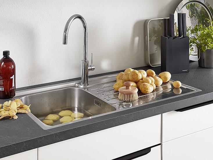 Küchenspüle Und Armatur Aus Edelstahl: Edelstahloberflächen Lassen Sich  Leicht Reinigen Und Sind Gut Für Den Einsatz In Der Küche Geeignet.